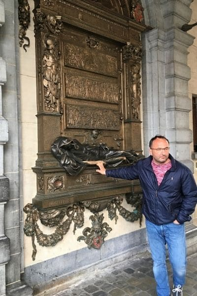 Man touching Statue of Everard t'Serclaes Brussels